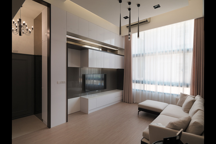 化解不良動線~40年樓中樓重建人文層次風采 现代客厅設計點子、靈感 & 圖片 根據 大集國際室內裝修設計工程有限公司 現代風