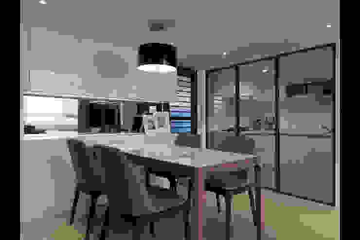 Phòng ăn phong cách hiện đại bởi 大集國際室內裝修設計工程有限公司 Hiện đại
