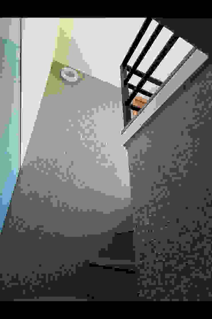 化解不良動線~40年樓中樓重建人文層次風采 現代風玄關、走廊與階梯 根據 大集國際室內裝修設計工程有限公司 現代風