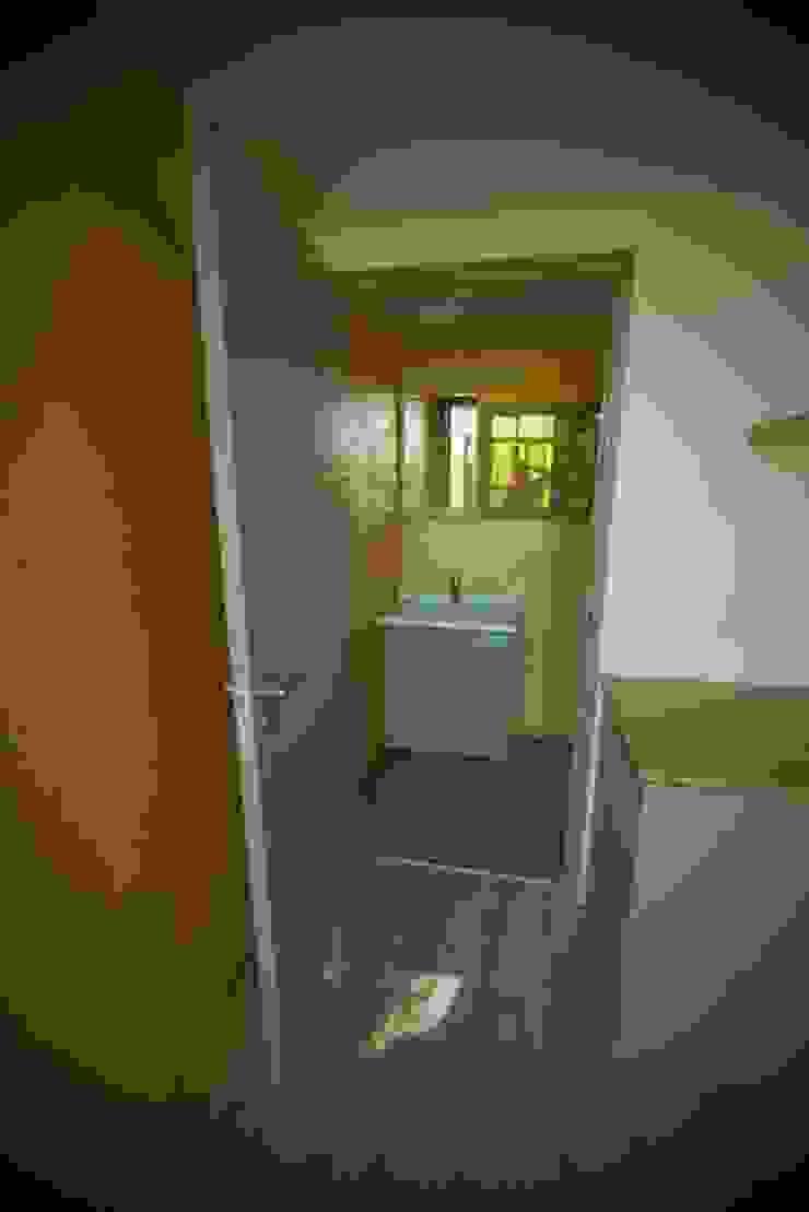 Greenpods BathroomBathtubs & showers Gỗ Wood effect