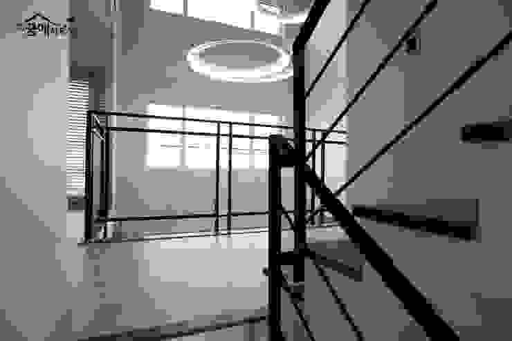 꿈애하우징 Ingresso, Corridoio & Scale in stile moderno