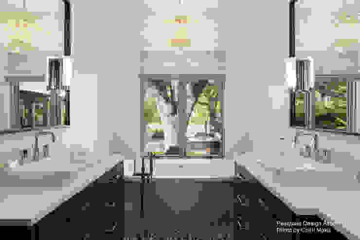 Pasquale Design - Mediterranean Modern Luxe - Interior 10 Moderne Badezimmer von Chibi Moku Architectural Films Modern Beton