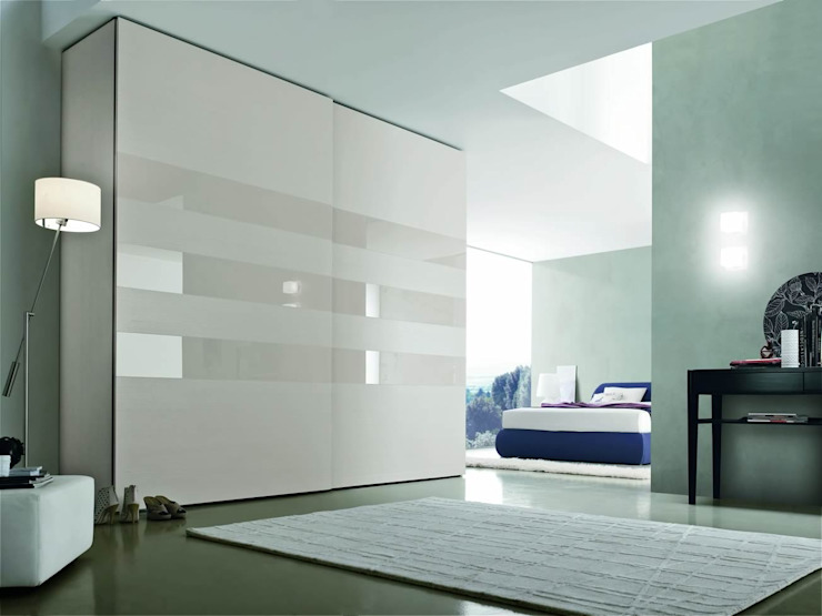 CRYSTAL SLIDING DOOR WARDROBE de IQ Furniture Moderno