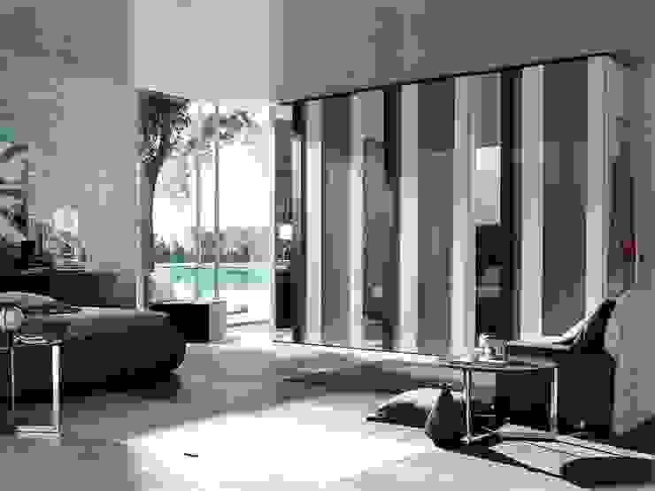 STRIKE HINGED DOOR WARDROBE de IQ Furniture Moderno