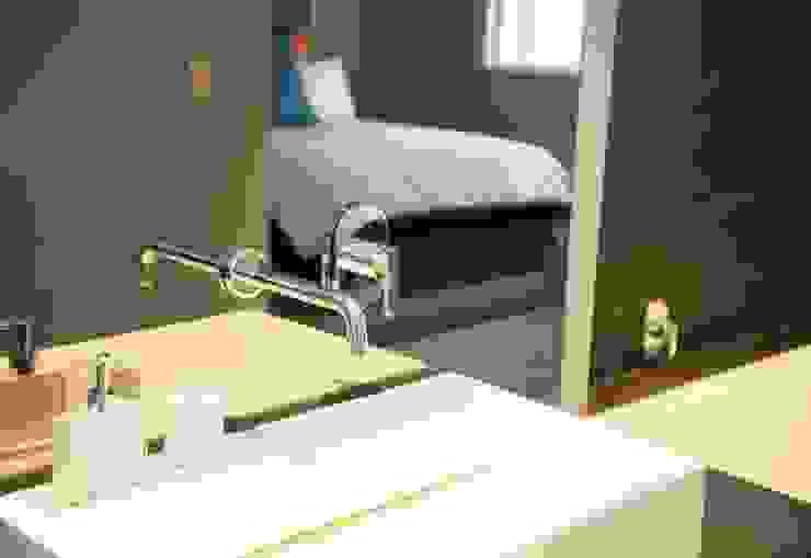 bedroom en suite Till Manecke:Architect Eclectic style bathroom