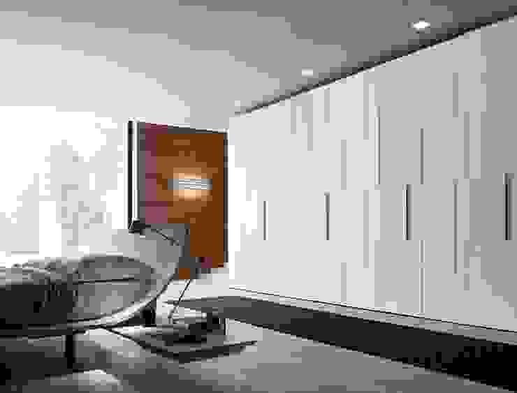 STEP HINGED DOOR WARDROBE de IQ Furniture Moderno