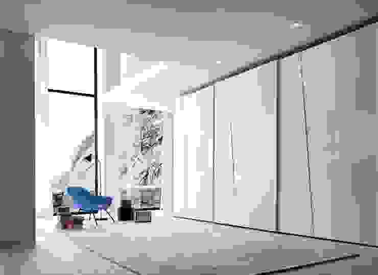SHAPE SLIDING DOOR TV WARDROBE de IQ Furniture Moderno