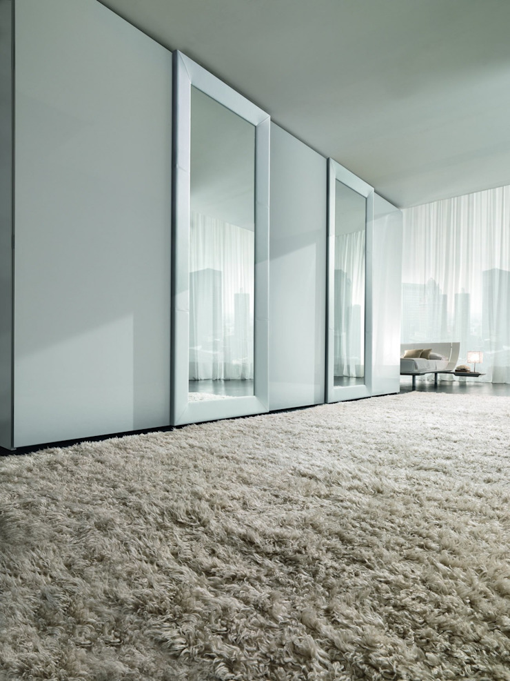 MIRROR SLIDING DOOR TV WARDROBE de IQ Furniture Moderno