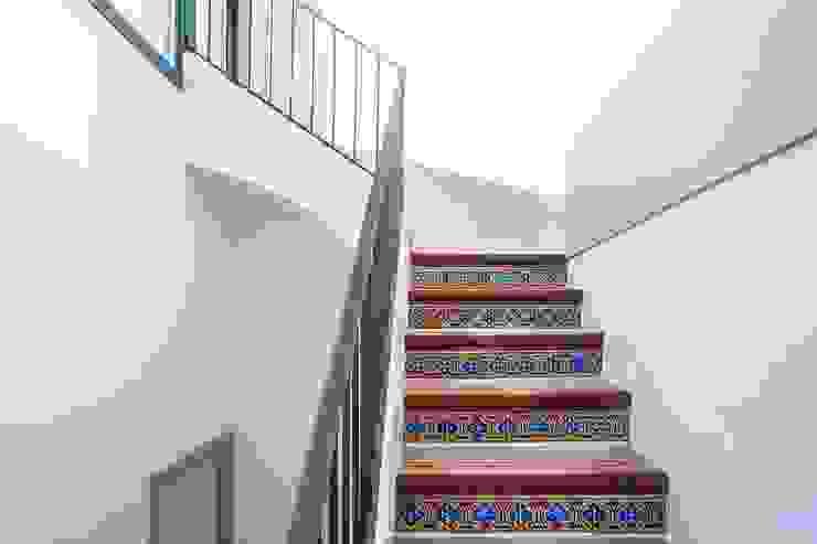 CASA FRANCESC D'ASSÍS Pasillos, vestíbulos y escaleras de estilo mediterráneo de Lara Pujol | Interiorismo & Proyectos de diseño Mediterráneo