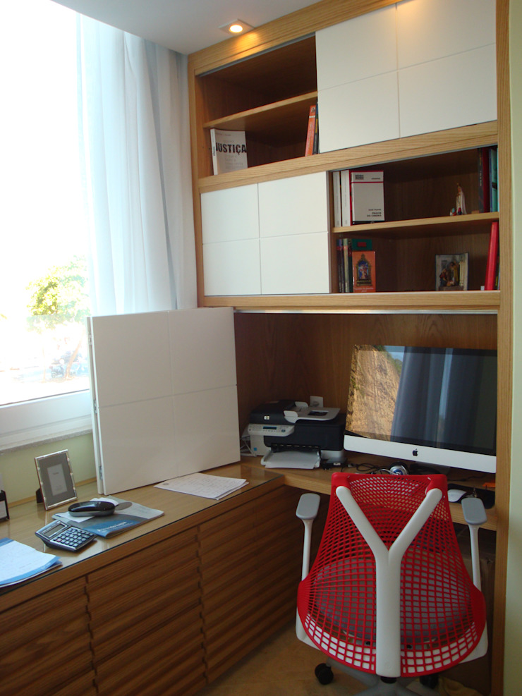 Home Office aberto Debiaze Arquitetura Escritórios modernos Madeira Branco