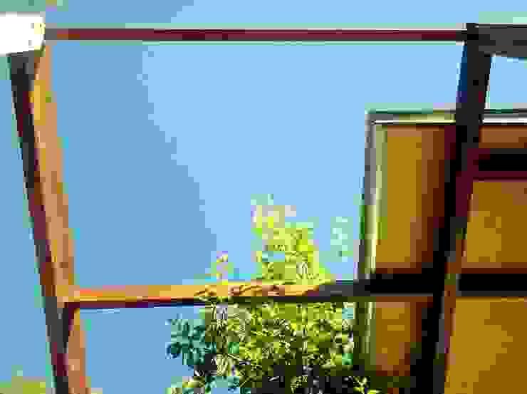 Casas de estilo industrial de Guadalupe Larrain arquitecta Industrial Madera maciza Multicolor