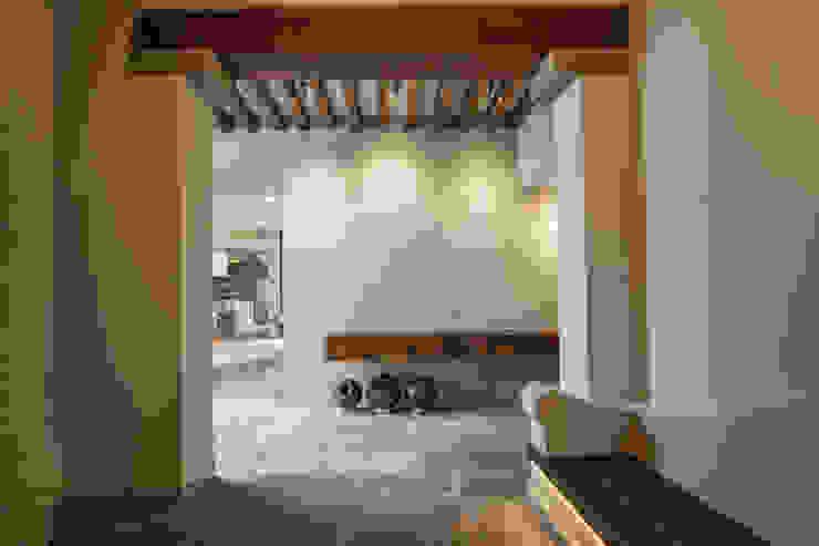 Couloir et hall d'entrée de style  par Miguel de la Torre Arquitectos