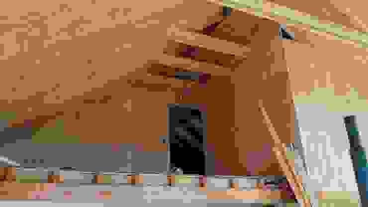 Interior doble altura Arquitectura y Construcción Chinquel Livings de estilo rústico Madera