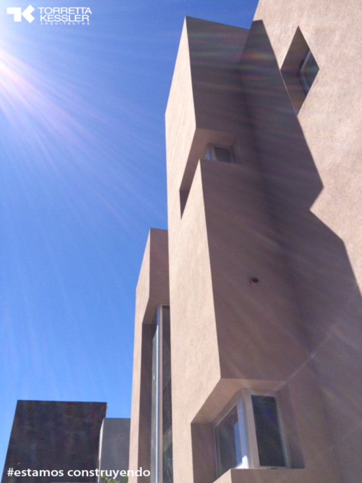 Case moderne di TORRETTA KESSLER Arquitectos Moderno