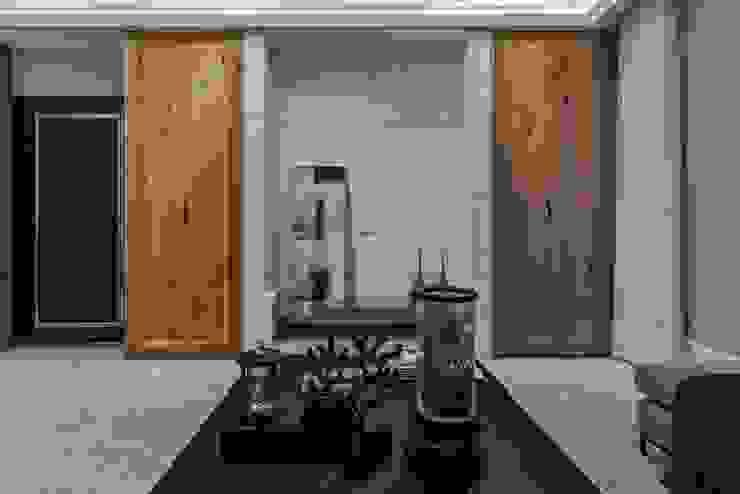 《聚‧日常》 现代客厅設計點子、靈感 & 圖片 根據 辰林設計實業有限公司 現代風