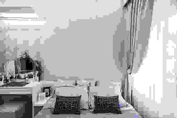 Camera da letto in stile classico di 你你空間設計 Classico