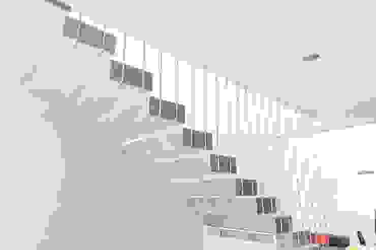 Pasillos y vestíbulos de estilo  por GUECO + diseño + arquitectura + construccion