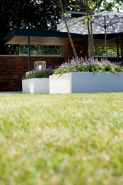 Strak gazon. Moderne tuinen van Heart for Gardens. Modern
