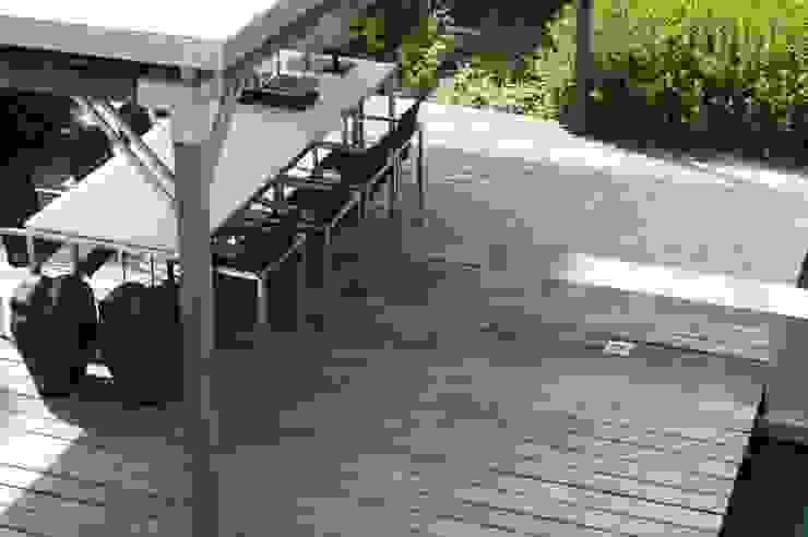 Balcones y terrazas de estilo moderno de Heart for Gardens. Moderno Madera Acabado en madera