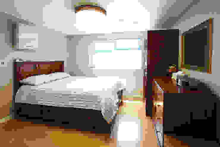 Dormitorios de estilo  de 로이하우스