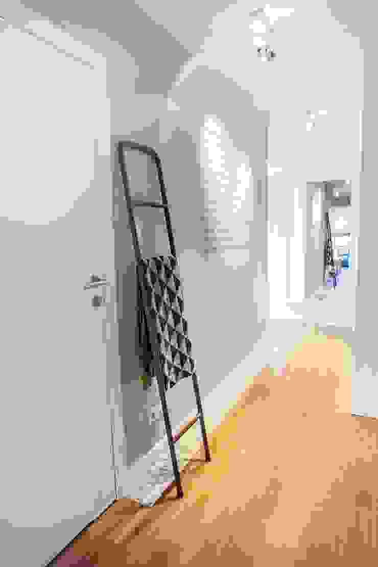 Pasillos, vestíbulos y escaleras de estilo escandinavo de Limonki Studio Wojciech Siudowski Escandinavo