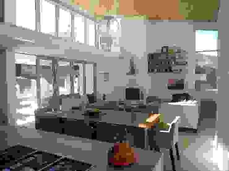 Claire Cartner Interior Design ห้องนั่งเล่นของตกแต่งและอุปกรณ์จิปาถะ ลินิน Grey
