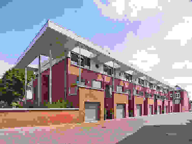 aaneen gesloten woningbouw Moderne huizen van G.L.M. van Soest Architect Modern