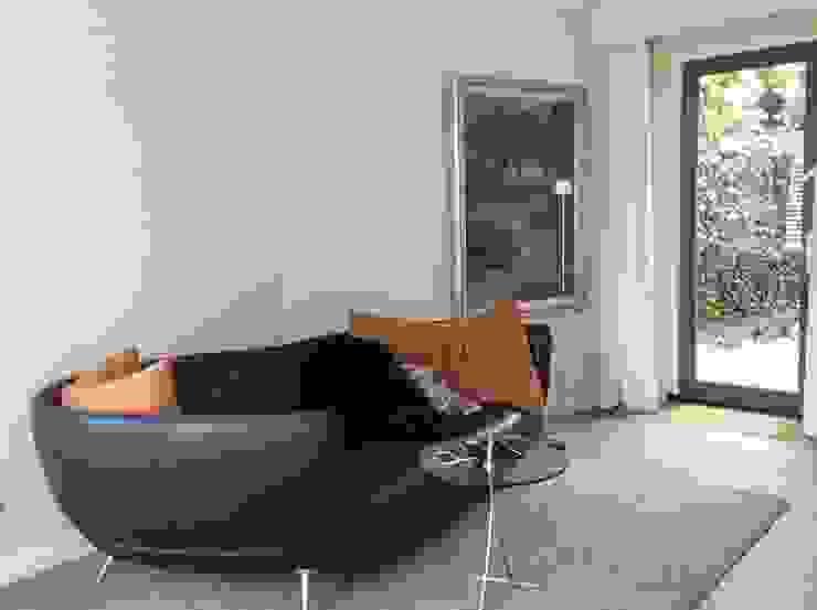 Aanbouw aan zijkant villa Moderne mediakamers van Studio Inside Out Modern Tegels