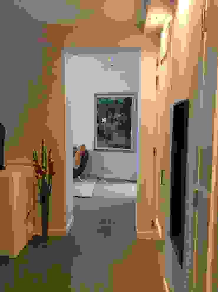 2 open verbinden tussen keuken en symetrische aanbouw Moderne serres van Studio Inside Out Modern Tegels