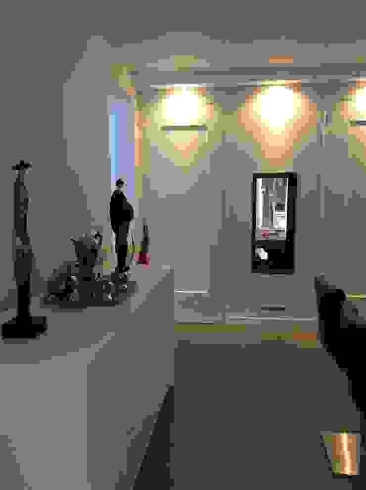 Keuken met maatwerk kastenwand waarin een doorkijk gashaard is opgenomen. Moderne keukens van Studio Inside Out Modern Tegels