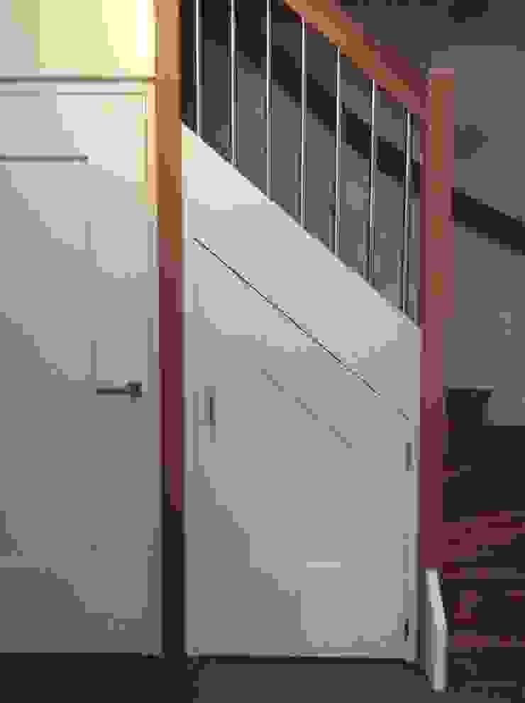 Trap aanpassing Moderne gangen, hallen & trappenhuizen van Studio Inside Out Modern MDF