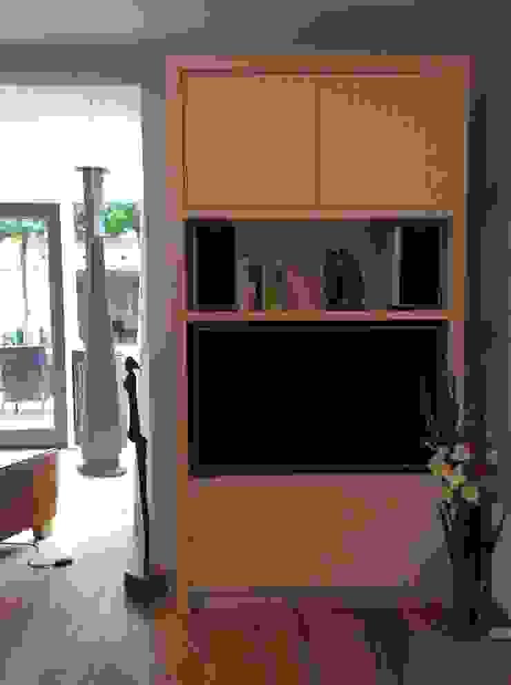 Op maat gemaakye tv kast Moderne woonkamers van Studio Inside Out Modern MDF