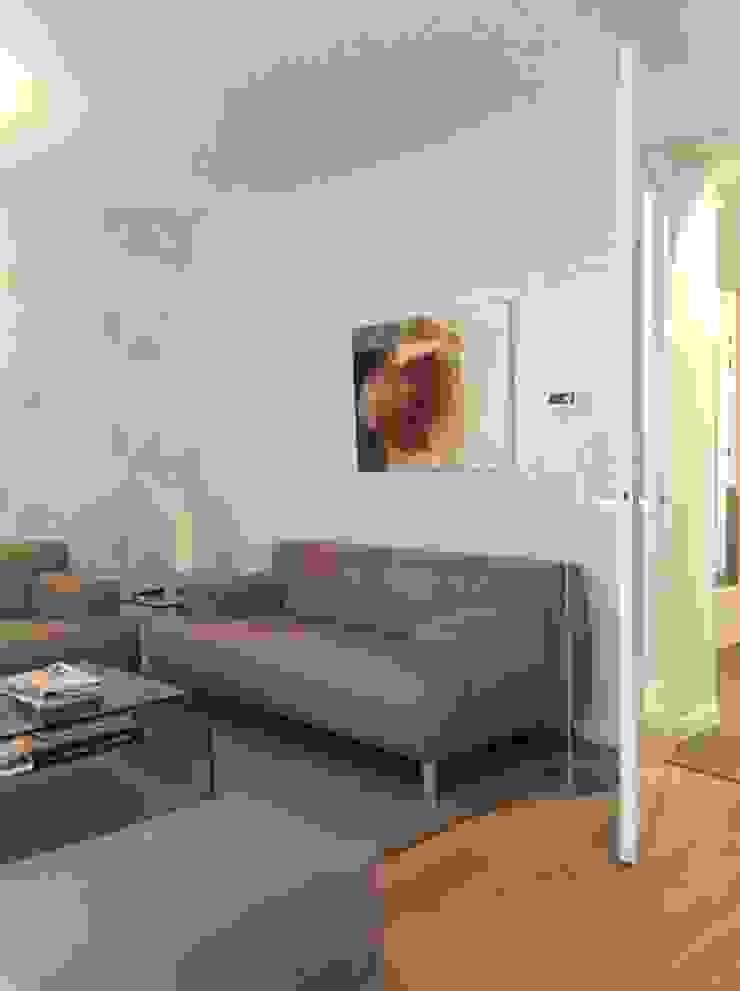 Woonkamer met nieuw meubilair en kleed en bestaand behang. Moderne woonkamers van Studio Inside Out Modern Hout Hout