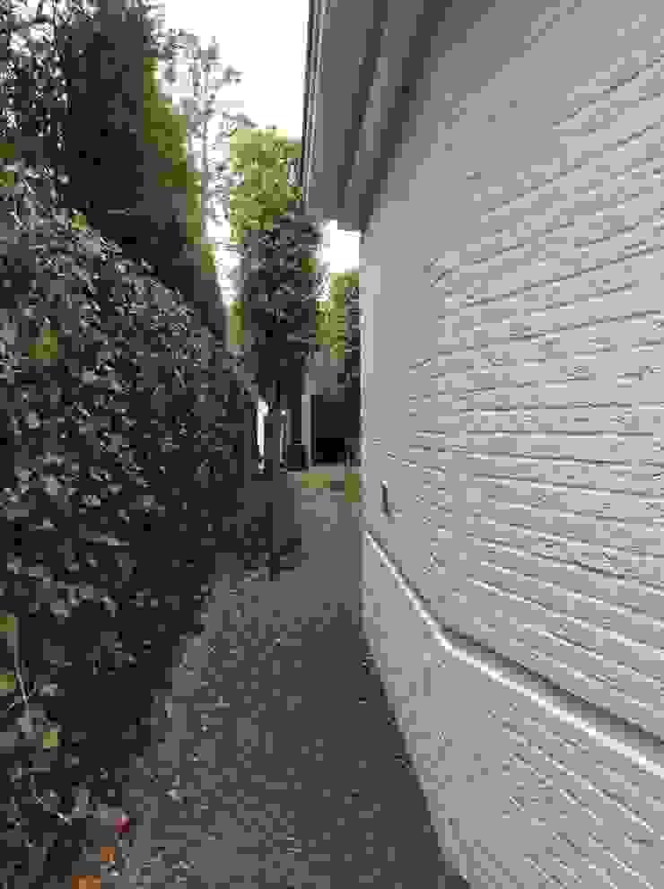 Knik in wand levert 2 voordelen op! Moderne huizen van Studio Inside Out Modern Stenen