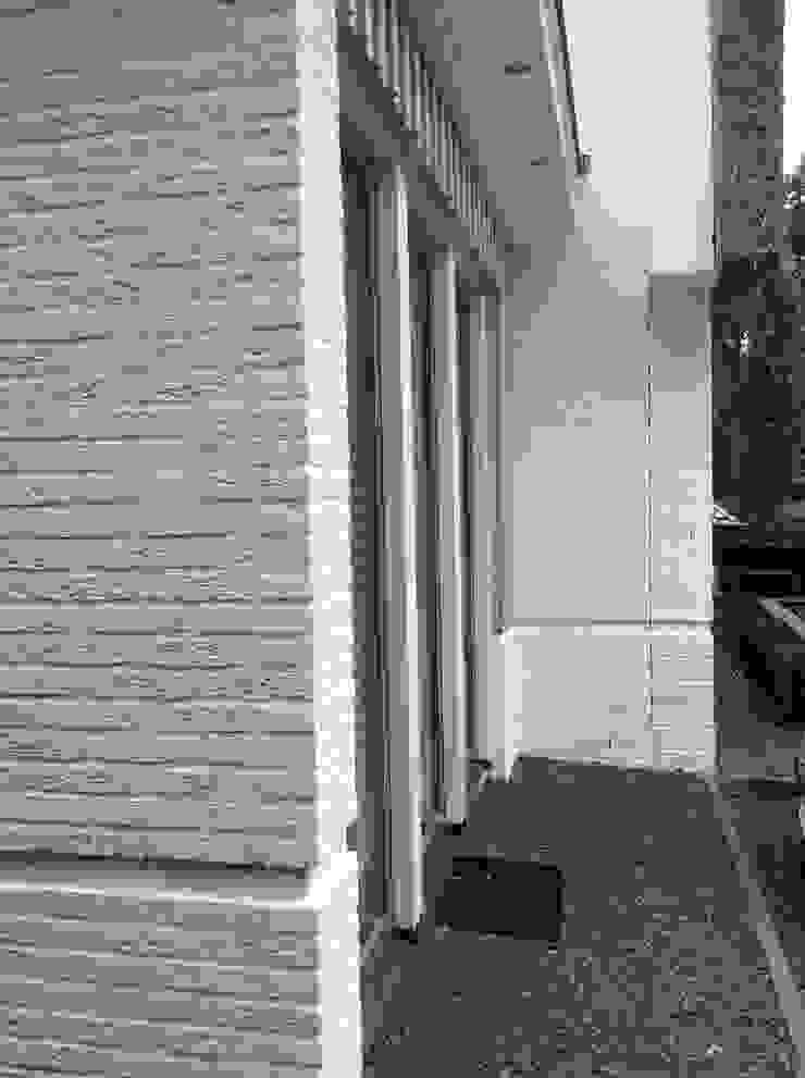 Ook aan de aansluiting op bestaande bouw is zorgvuldig aandacht besteed. Moderne huizen van Studio Inside Out Modern Stenen
