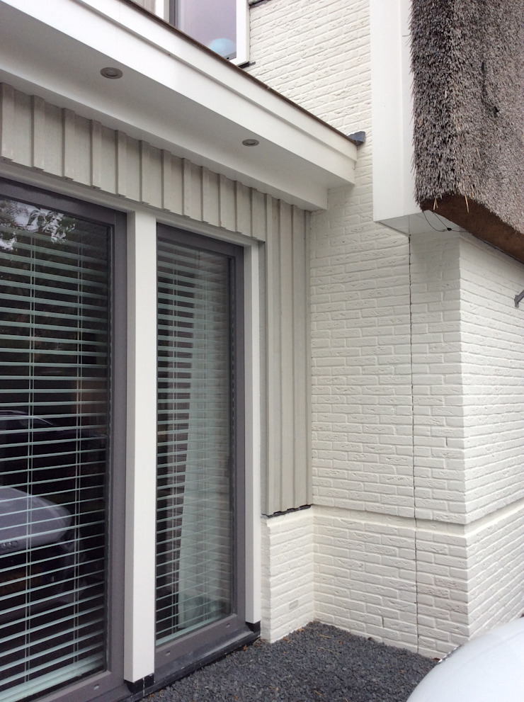 Uitbreiding Villa in Laren, 2 troeven in 1 Moderne huizen van Studio Inside Out Modern Stenen