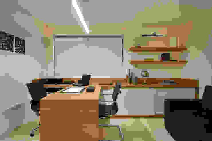 Ruang Studi/Kantor Modern Oleh Virna Carvalho Arquiteta Modern