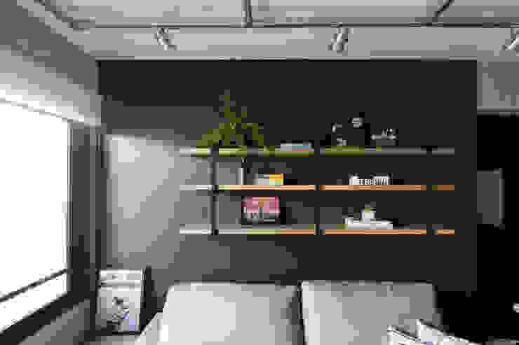 Salas / recibidores de estilo  por K+S arquitetos associados, Industrial