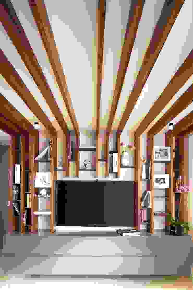 Mueble tv Montaña de xma studio Moderno Madera Acabado en madera