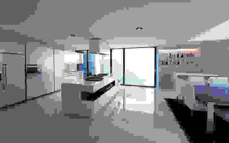 13. CASA AM Cocinas modernas de TARE arquitectos Moderno
