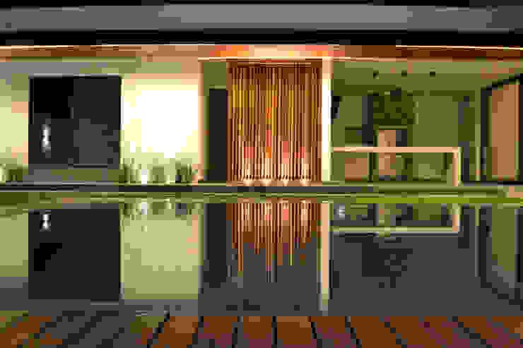 Fachada de patio exterior Casas modernas de Toyka Arquitectura Moderno Madera Acabado en madera