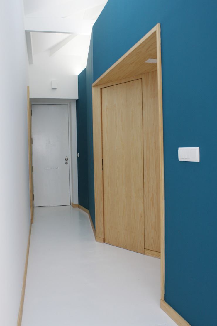 Casa do Justiçado GRAU.ZERO Arquitectura Corredores, halls e escadas minimalistas Azul