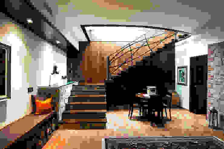 Modern corridor, hallway & stairs by DORIArchitetti Modern