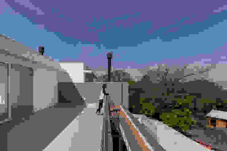 Modern terrace by K+S arquitetos associados Modern