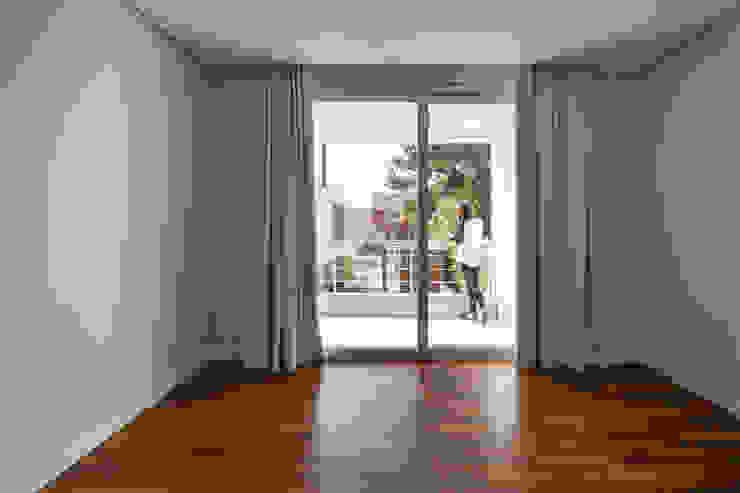 Modern style bedroom by K+S arquitetos associados Modern