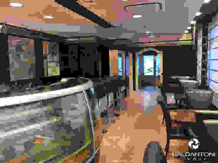 Restaurant Cafè Aviomotornaya, Mosca, Russia Ingresso, Corridoio & Scale in stile moderno di Baldantoni Group Moderno Legno composito Trasparente