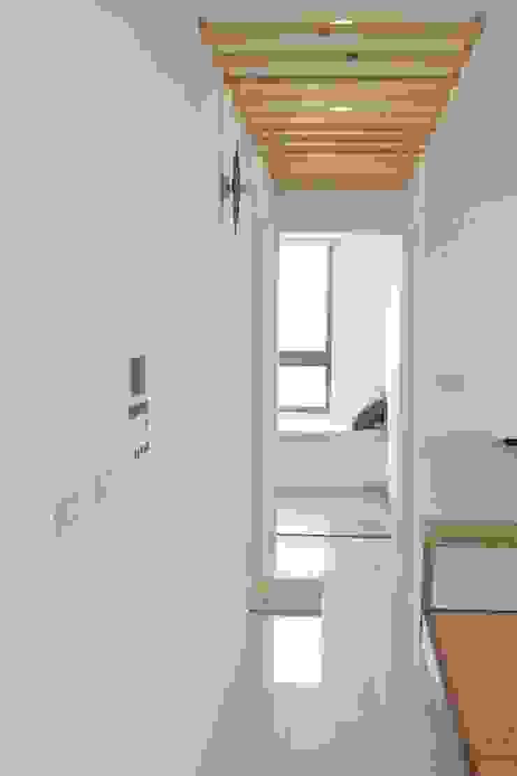 住宅|純白北歐宅-高雄鳳山 斯堪的納維亞風格的走廊,走廊和樓梯 根據 鹿敘空間設計 北歐風