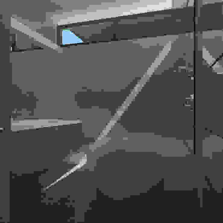 Phòng tắm phong cách tối giản bởi CHM architect Tối giản