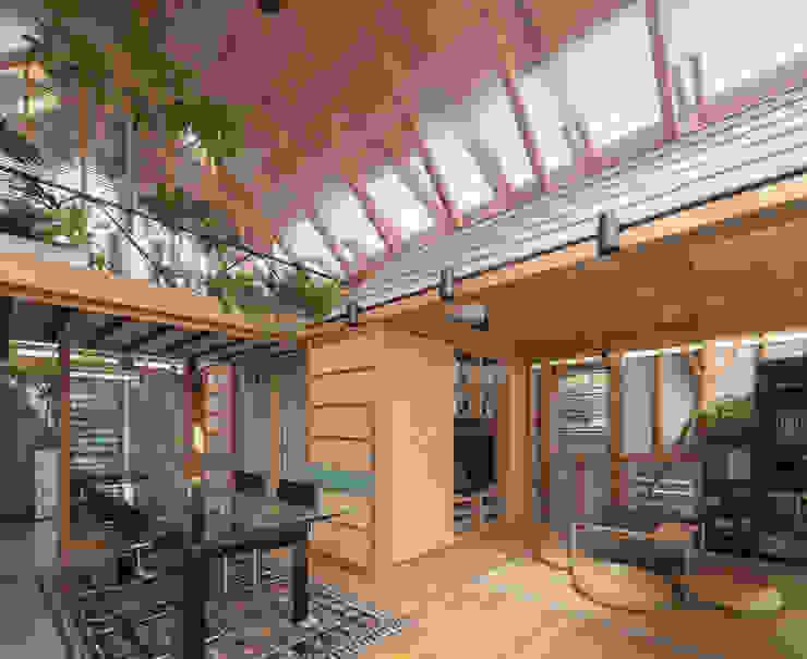 A.A.TH ああす設計室 Livings de estilo industrial Madera maciza Multicolor