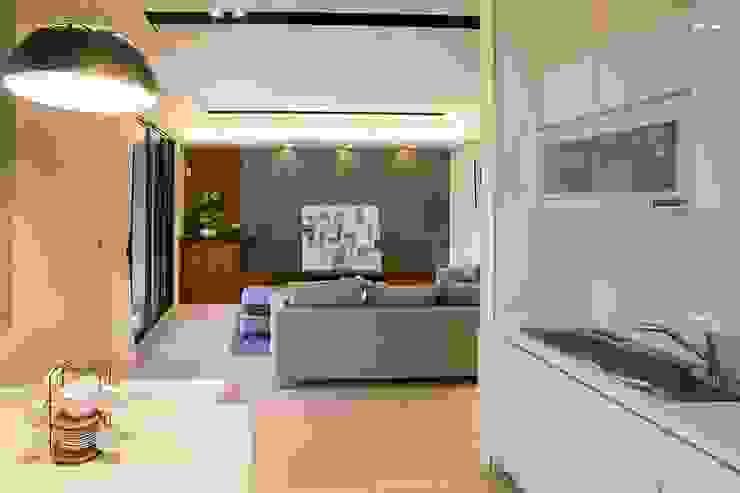 侑信仁和2C 實品屋 现代客厅設計點子、靈感 & 圖片 根據 栩 室內設計 現代風